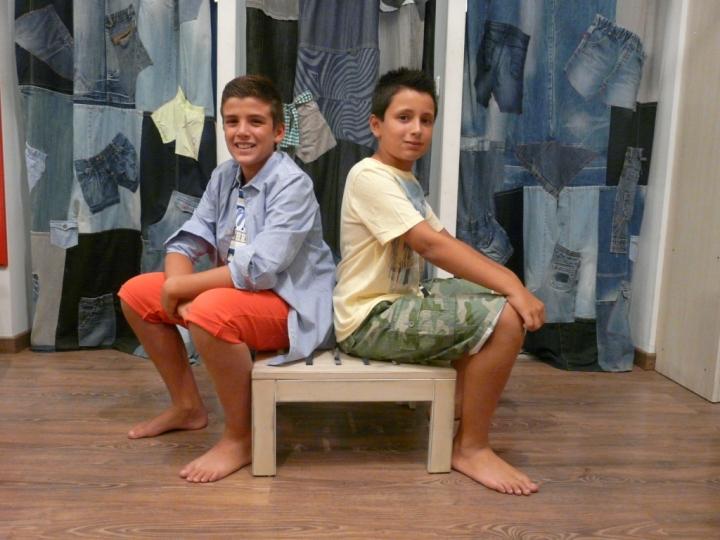 Jonás, con pantalón corto, camiseta y camisa, antes 164€ y ahora 49,2€ Look de Marcos, antes 85€, ahora 25,5€